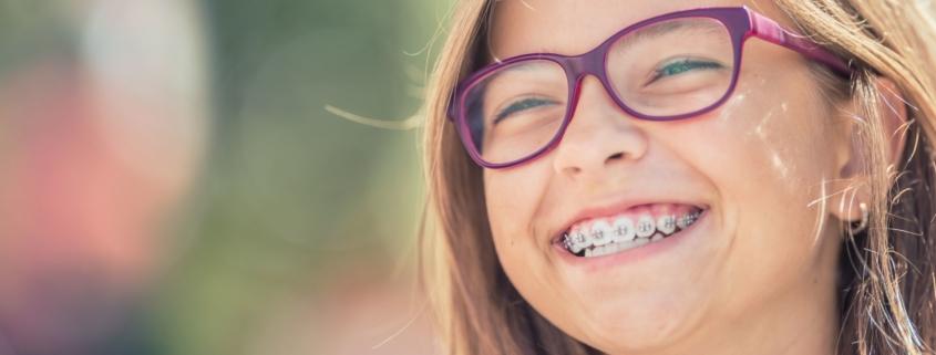 Mädchen mit festsitzender Zahnspange